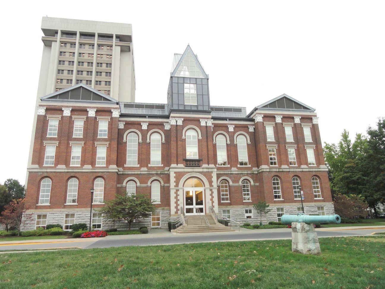 Основное здание университета Кентукки